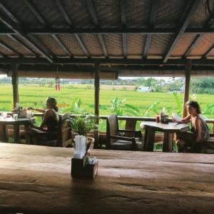 Dari atas, Betelnut Cafe tidak hanya menyuguhkan menu makanan yang lezat, namun kamu juga bisa menikmati hamparan petak sawah hijau yang pasti bakal bikin kamu betah.