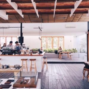 Bagi kamu para freelancer yang suka bekerja di public space, maka BURO adalah pilihan yang tepat. Tempatnya yang luas, cozy dan tenang akan menjaga mood kalian bekerja. Bahkan sangat nyaman dan kondusif sebagai tempat diskusi dan pertemuan dengan klien.