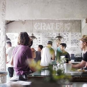 Walaupun terkesan sederhana dengan tembok semen, namun tempat ini memiliki aura unik yang akan membuat kamu merasa betah bersantap di Crate Cafe. Pilihan menu yang beragam juga membuat kita ingin terus kembali lagi.