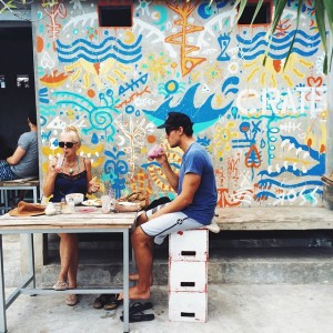 Di sisi luar Crate Cafe, kamu akan menemukan coretan grafiti warna warni yang menjadi ciri khas cafe yang satu ini. Banyak pengunjung mengabadikan momen liburan mereka di depan coretan ini dan mempostingnya di sosial media.