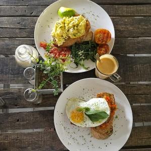 Menu di Crate Cafe beragam dari makanan berat sampai dengan muesli, dari jus segar sampai kopi yang nikmat. Namun favorit kami jatuh pada menu Brekkie Plate nya yang enak luar biasa!