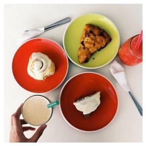Kamu bisa mencoba mulai dari Chocolate Flourless Cake, Carrot Cake dengan Cream Cheese, Cinnamon Roll, Apple Crumble, dan masih banyak lagi. Bahkan setiap harinya, mereka selalu mencoba untuk berkreasi menu baru, agar pengunjung tidak bosan. Jangan kelewatan juga untuk memesan kopi yang selalu di hias dengan latte art kreasi mereka yah!