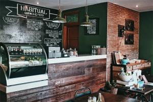 Cafe Habitual terkesan sangat homey, serasa sedang bersantap di ruang makan rumah sendiri! Di tambah dengan sentuhan vintage rustic di jamin tempat ini layak buat kamu