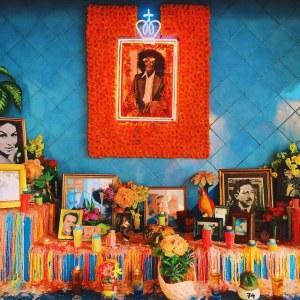 Memasuki cafe, kamu akan terkesan dengan altar yang di penuhi dengan photo orang terkenal dan lilin warna warni, seakan untuk mengenal mereka yang sudah meninggal!