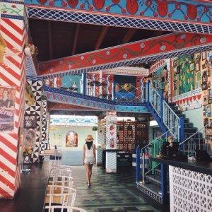 Setiap sisi interior dari Motel Mexicola, di hiasi dengan warna warna eksentrik yang berpadu sehingga memberikan keunikan tersendiri bagi cafe ini.