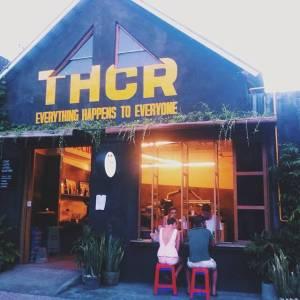 Terbagi atas 2 bangunan yang saling bersebrangan, kamu bisa menikmati kopi di dalam maupun di luar cafe.