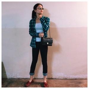 Gunakanlah celana jeans berwarna netral, seperti biru navy atau hitam, supaya cocok dengan motif dan warna apapun. Pilihlah flat shoes kesayangan untuk membuat gaya kasualmu menjadi lebih manis. Jika ingin terlihat lebih sporty, kamu bisa mengenakan sepatu kets sebagai alas kaki pilihanmu.
